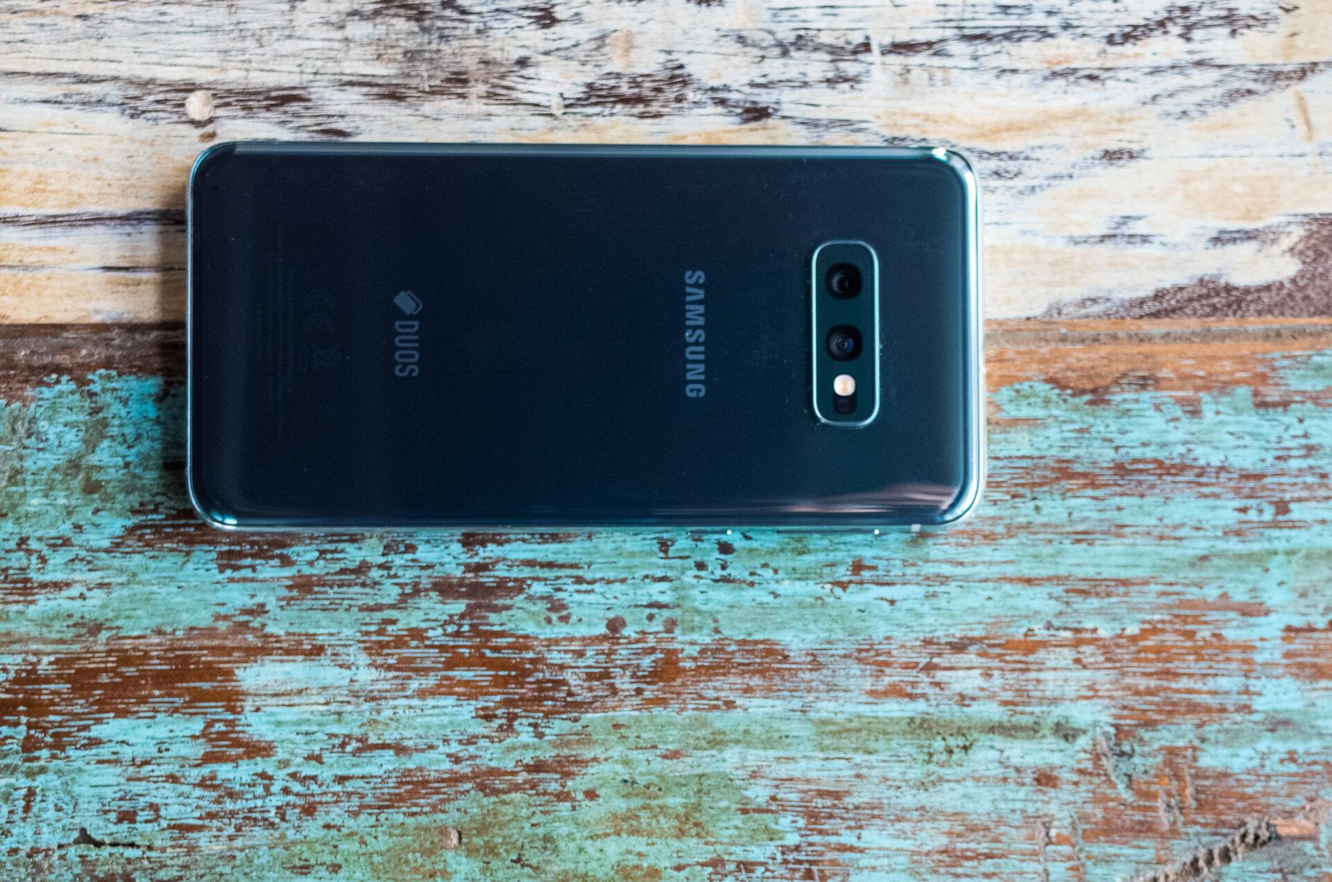 Review: Samsung Galaxy S10e. În sfârșit, un flagship pentru cei care vor un telefon de dimensiuni mici (și mai ieftin).